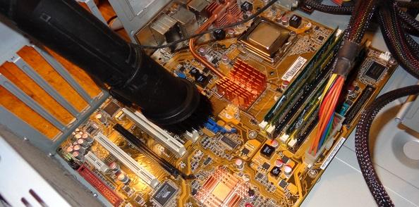 Чистка системного блока с помощью пылесоса со специальной насадкой